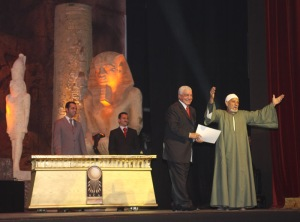 Dr. Hawass honors Mohammed Abdul Razzik, chief of the guards at Giza, at the Festival. (Photo: Jennifer Willoughby)